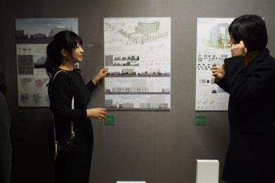 自分たちの作品も塚本先生に紹介しました。