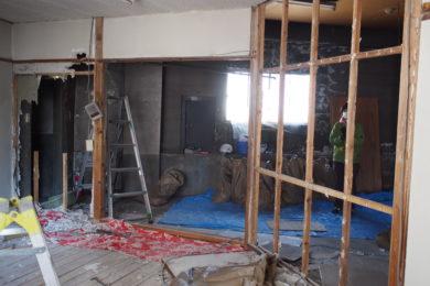 機械室・倉庫だった4階北部屋。イベントの講演会場として広さを確保するために、和室の壁を壊してワンルームにしました。