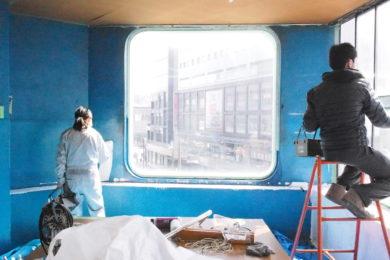 4階の南部屋をテララボのサテライトとして貸していただけることになり、改装を始めました。まずは真っ青だった壁のペンキを白に塗り替えました。